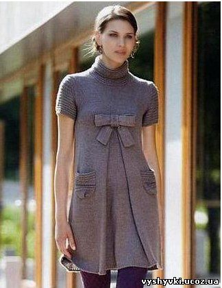 Серое вязаное платье с бантом